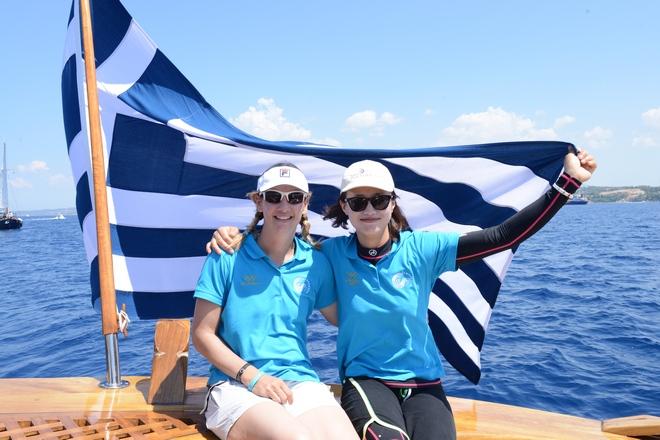 Οι Χρυσές Ολυμπιονίκες Σοφία Μπεκατώρου (Αθήνα 2004) και Lijia Xu (Λονδίνο 2012), μέλη του πληρώματος του σκάφους «Αφρόεσσα»