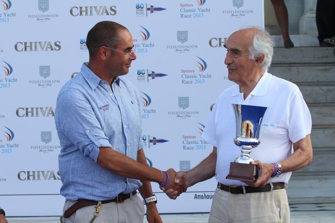 Ο Στρατής Ανδρεάδης , κυβερνήτης του Glamorama, παραλαμβάνει το βραβείο από τον Πρόεδρο του Ναυτικού Ομίλου Ελλάδος, Αλέξανδρο Παπαδόγγονα