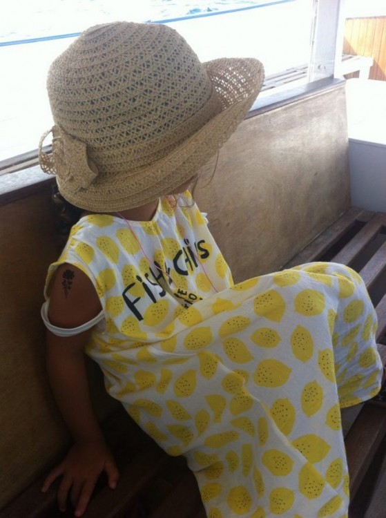 Day dress Bobo Choses που το συνδιάζει με το ψάθινο καπέλο της...