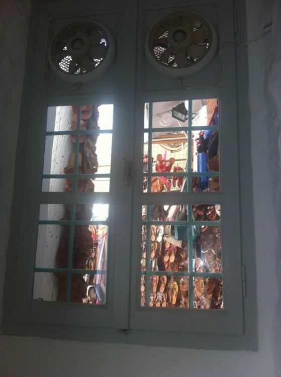 Παράθυρο με θέα τα Ελληνικά σανδάλια...