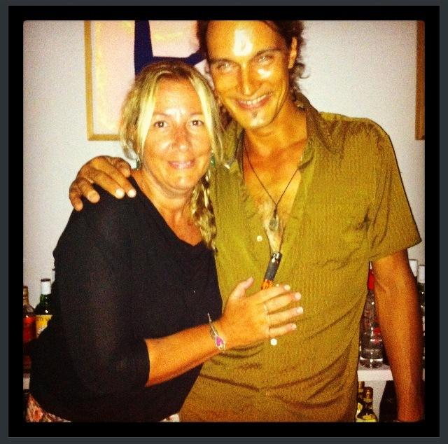 Η Πουκ Σωτηρίου με τον yoga instructor του νησιού, Esco