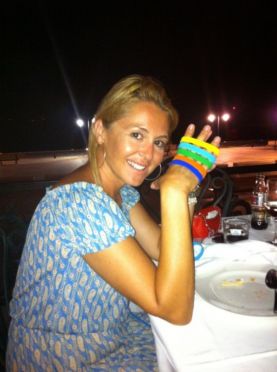 """Η Ιωάννα Μουτσίδη με τα """"πολύτιμα"""" βραχιολάκια του Spetses Mini Marathon...Ποιος θα φορέσει στον καρπό του;"""