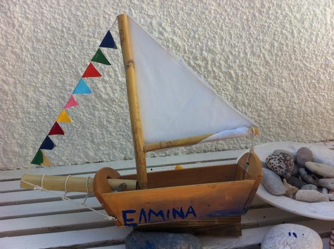 Tataahh!!! Το οικολογικό μας καράβι, φτιαγμένο από ξύλινο καλαθάκι ψωμιού, καλάμι για κατάρτι και σημαίες από χαρτί!