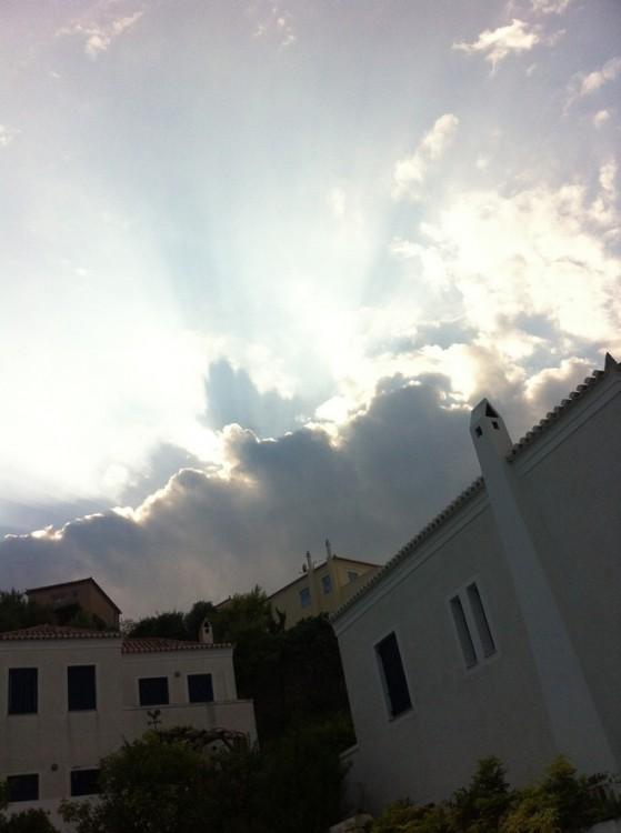 Χθες το μεσημέρι, ο ουρανός πάνω από το σπίτι, την ώρα που ζωγραφίζαμε τις τελευταίες πινελιές στα καραβάκια μας...