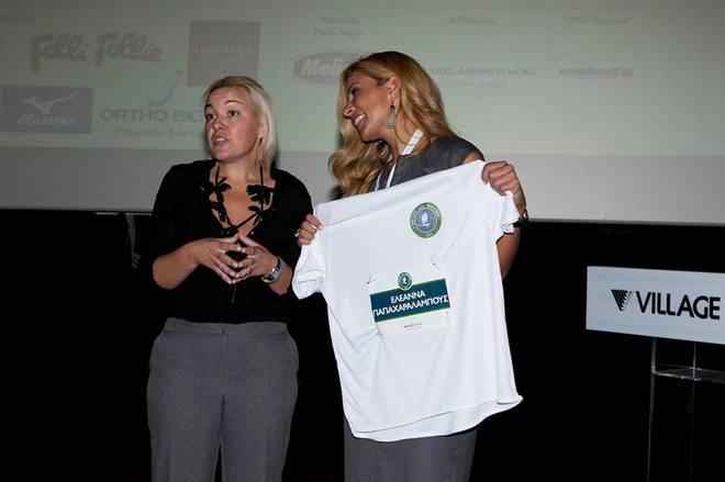 Η Ελεάνα Παπαχαραλάμπους παραλαμβάνει την δική της μπλούζα για να τρέξει στον Μαραθώνιο, ως εκπρόσωπος της Orthoviotiki, η οποία θα προσφέρει Ιατρική κάλυψη στους αγώνες