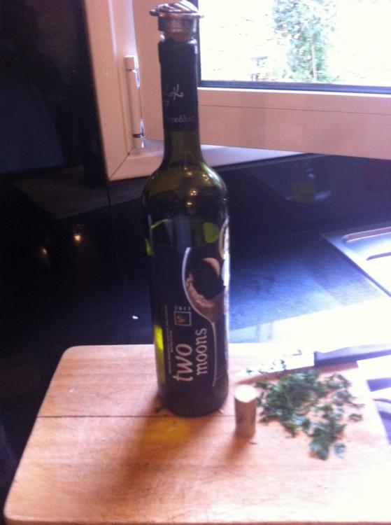 """Μην υποτιμάτε το φαγητό σας χρησιμοποιώντας φτηνό κρασί για το σβήσιμο του. Δεν λέω να βάλετε το ακριβότερο κρασί της κάβας σας...Εγώ χρησιμοποίησα τα """"Δύο Φεγγάρια"""" , φτιαγμένο από διαλεχτά σταφύλια της ποικιλίας """"Ασύρτικο"""". Συνοδεύει εξαιρετικά πέστροφα σχάρας, θαλασσινά και ιδιαίτερα τις γαρίδες, και όλα τα ζυμαρικά με σάλτσα θαλασσινών..."""