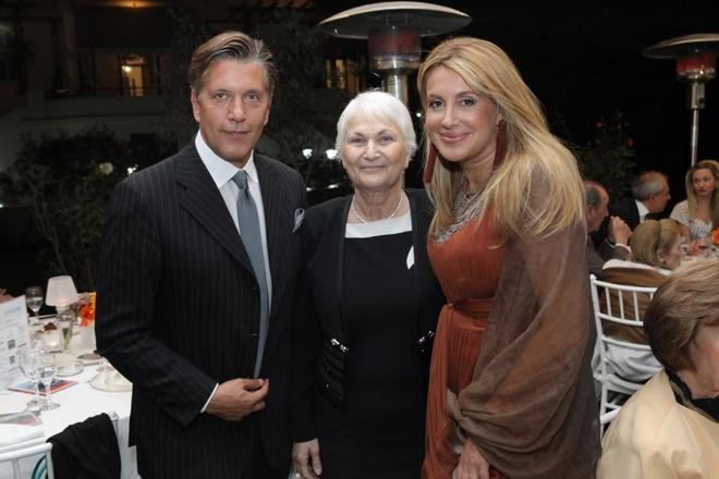 Ο Ζήσης και η Άλκηστις Μπουκουβάλα με την Πρόεδρο του Ορφανοτροφείου, Ακριβή Αλέπη