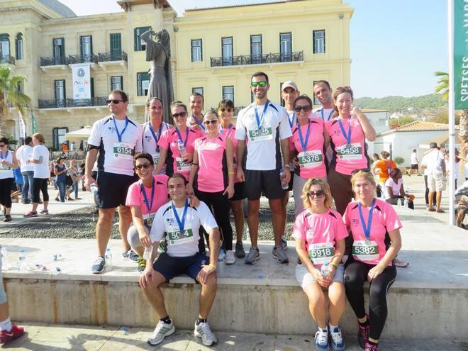 Ο Μίλτος Καμπουρίδης με την ομάδα της Dolphin