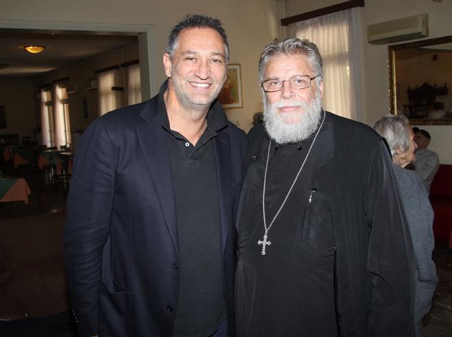 Ο Γιώργος Ντάβλας με τον πρόεδρο του Γηροκομείου, Αρχιμανδρίτη Προκόπιο Μπούμπα