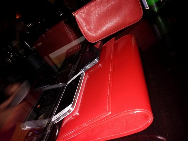 Κόκκινες τσάντες, παντού...