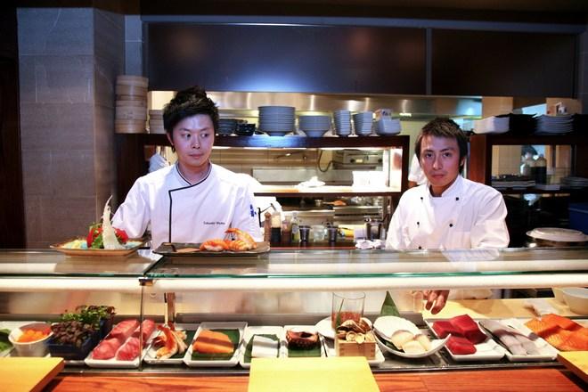 Ο star sushi chef Takaaki Otsuka επιμελείται το δείπνο μας!