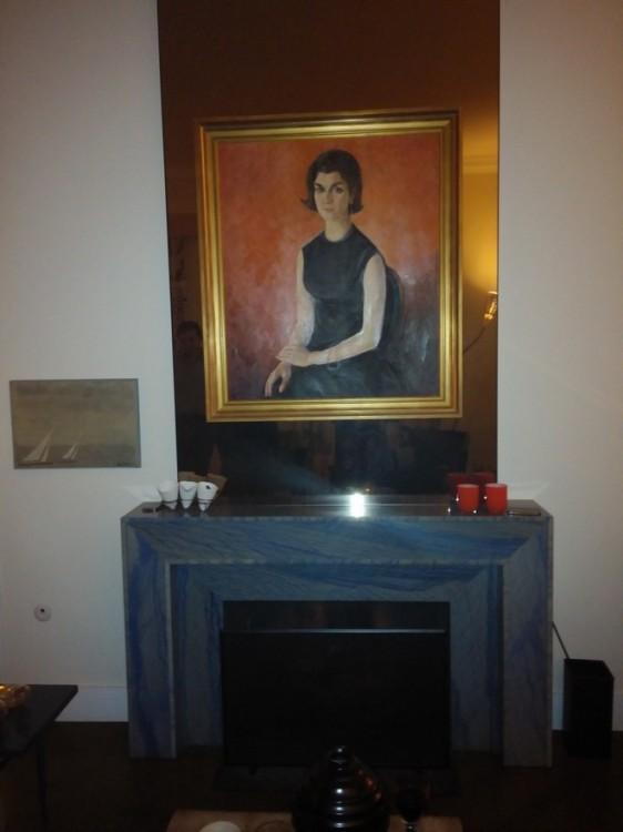 Το τζάκι, σε σχέδιο 50s βρέθηκε από την Σια και την Τίνα σε κατάλογο έργων Τέχνης και βρήκε τον χώρο του σε αυτή την γωνιά της Κηφισιάς. Το μπλε μαρμαρο βραζιλιάνικη macauba ήταν ιδέα της Τίνας, ενώ πάνω του δεσπόζει η προσωπογραφία της μητέρας του οικοδεσπότη, της γνωστής και βραβευμένης ζωγράφου, Ίρις Ξυλά-Ξαναλάτου