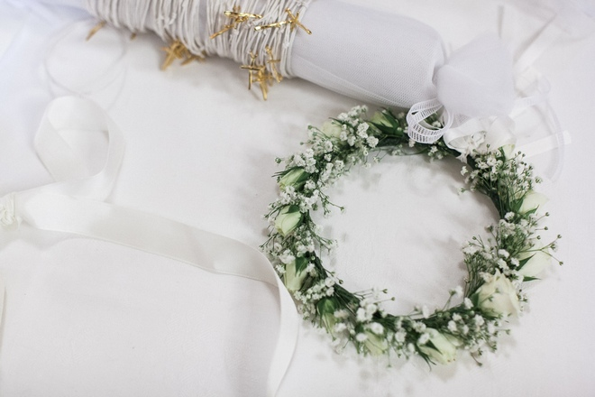 Καπέλο ή ολόφρεσκα λευκά τραιντάφυλλα για το ξανθό της κεφάλι; Φυσικά λουλούδια, και μόνο από το Les Fleuristes! Μπείτε στο www.lesfleuristes.gr να δείτε τις δημιουργίες τους και θα καταλάβετε το γιατί...