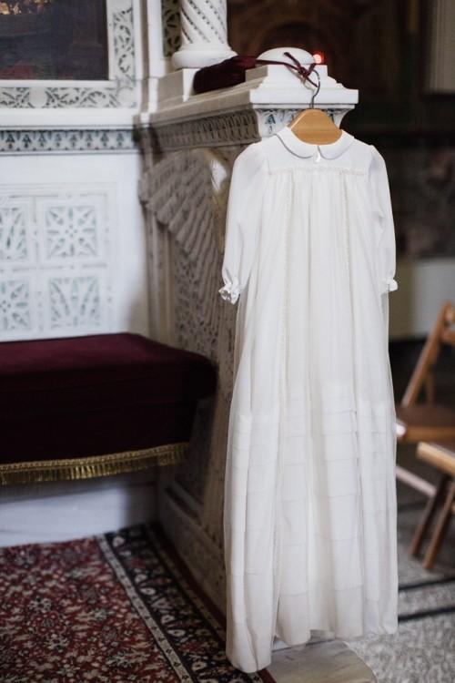 Την ολομέταξη Φουστάνα της Βάπτισης της την επέλεξα από την Bambineria. Πιστή στις οικογενειακές παραδόσεις, ήθελα την αίγλη που μόνο η συγκεκριμένη boutique μπορούσε να προσφέρει. Είναι του Οίκου Dior και το brand Bambineria το αντιπροσωπεύει αποκλειστικά η Tilltwelve