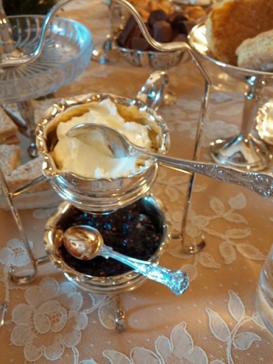Σωστό English Tea με Scones, Marmelade & Clotted Cream...