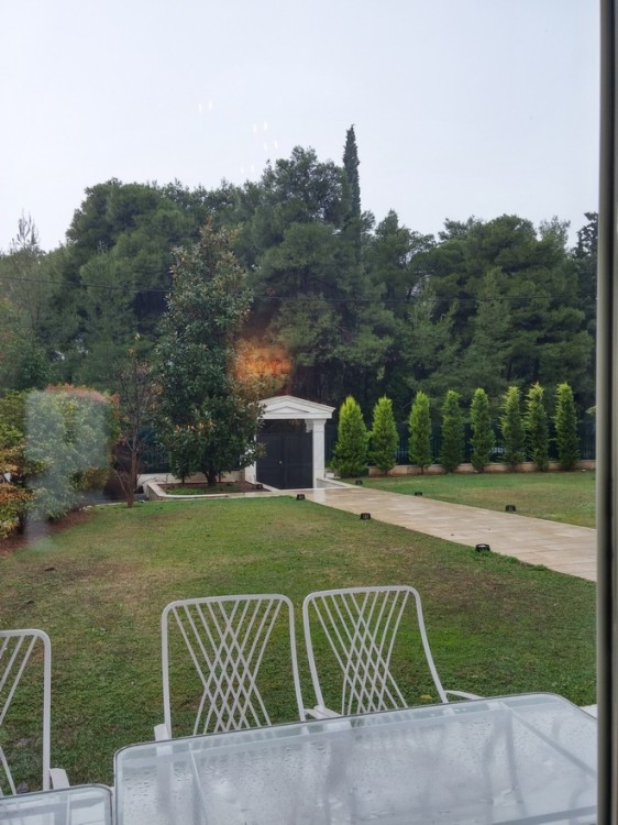 H βροχή έξω από τις τζαμαρίες της τραπεζαρίας....