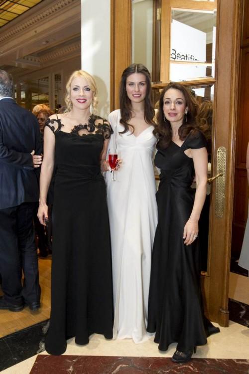 Σμαράγδα Καρύδη, Βασιλική Τσιρογιάννη, Άντρια Παπαδοπούλου. Η Άντρια έντυσε τις πιο κομψές καλεσμένες της βραδιάς...