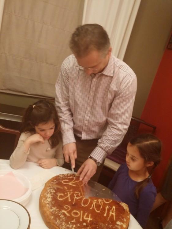 Κάθε χρόνο τέτοια μέρα...Ο Πέτρος Γερουλάνος κόβει την Πρωτοχρονιάτικη πίτα...