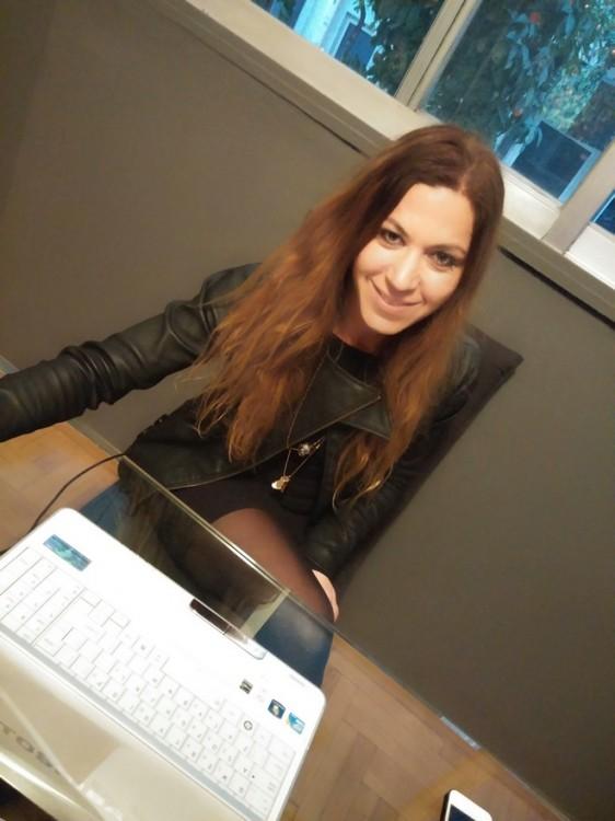 Η Ειρήνη στο γραφείο του atelier της που θα μπορούσε να βρίσκεται στο Soho...