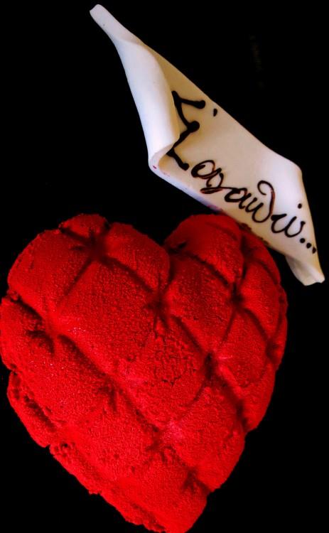 ...Τούρτα για δύο από την Kayak, όπου γράφουμε το μήνυμα της αρέσκειας μας...Σχγματισμένη από σοκολάτα γάλακτος που απογειώνεται με την έκρηξη πλούσιας πραλίνας φουντουκιού με έναν μοναδικό συνδυασμό από σαμπάνια, φράουλα και σοκολάτα....