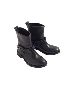 Ή με black leather boots...