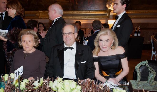 Η κυρία Μαριάννα Β. Βαρδινογιάννη κατά τη διάρκεια της εκδήλωσης μαζί με τον Προέδρο του  AVEC,  καθηγητή David Khayat, και την πρώην Πρώτη κυρία της Γαλλίας, κυρία Bernadette Chirac. Στη φωτογραφία διακρίνεται το βραβείο που έλαβε η κυρία Βαρδινογιάννη.
