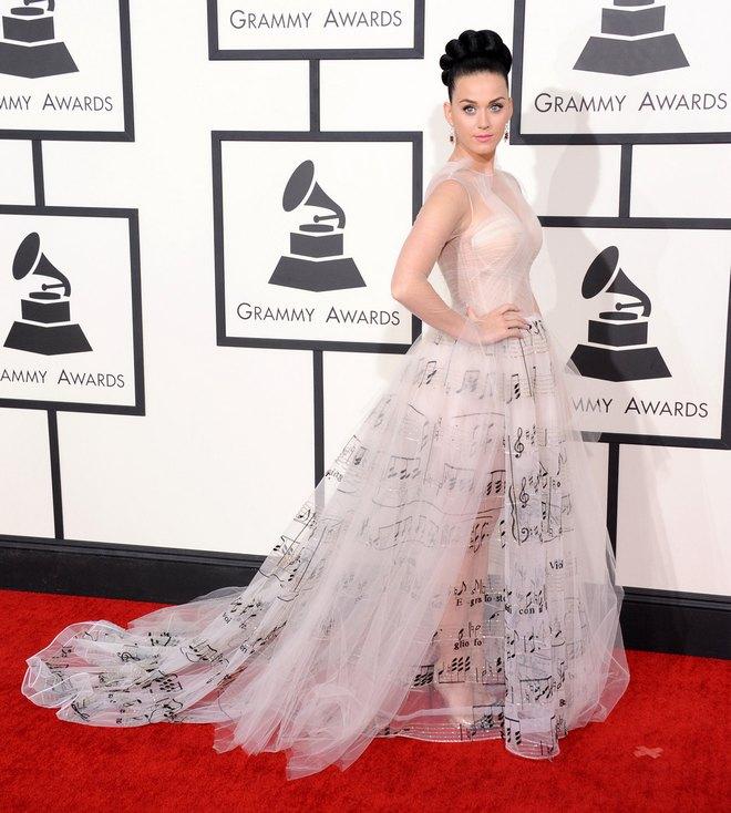 Η Katie Perry εμφανίστηκε με μία πρωτότυπη τουαλέτα με νότες, Valentino Haute Couture.