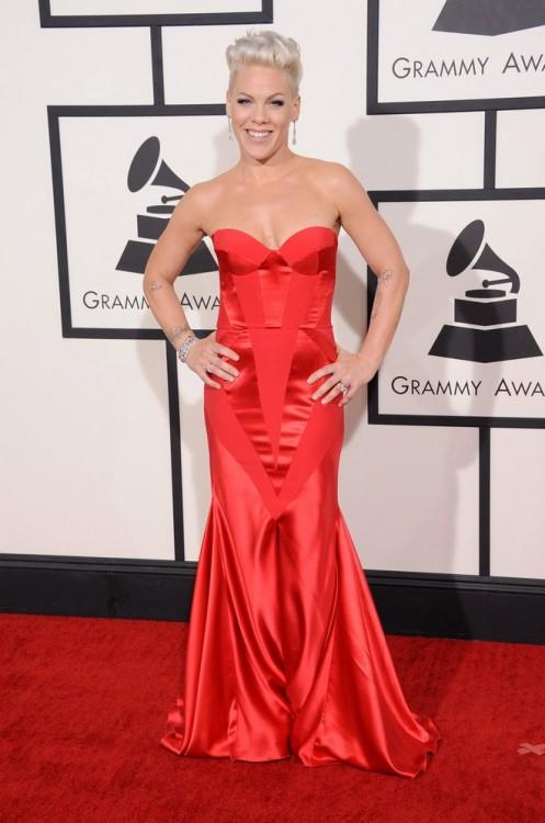 Κόκκινη τουαλέτα Johanna Johnson επέλεξε να φορέσει η Pink, που ήταν υποψήφια σε δύο κατηγορίες -Best Pop Duo & Best Song of the Year-.
