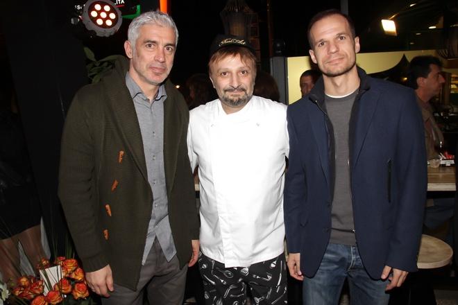 Ο Αντώνης Νικοπολίδης και ο Άγγελος Μπασινάς με τον chef Βασίλη Κλονάρη