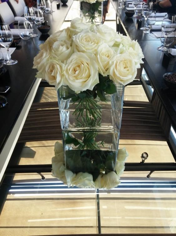 Τόσο τα βάζα όσο και τα άνθη που φιλοξενούν πρέπει να είναι συγκεκριμένου μεγέθους και αριθμού για το γεύμα παρουσίασης του Velvet Orchid, ήταν μία από τις οδηγίες του σχεδιαστή. Οι υπόλοιπες θα μας αποκαλύπτονταν μία μία...