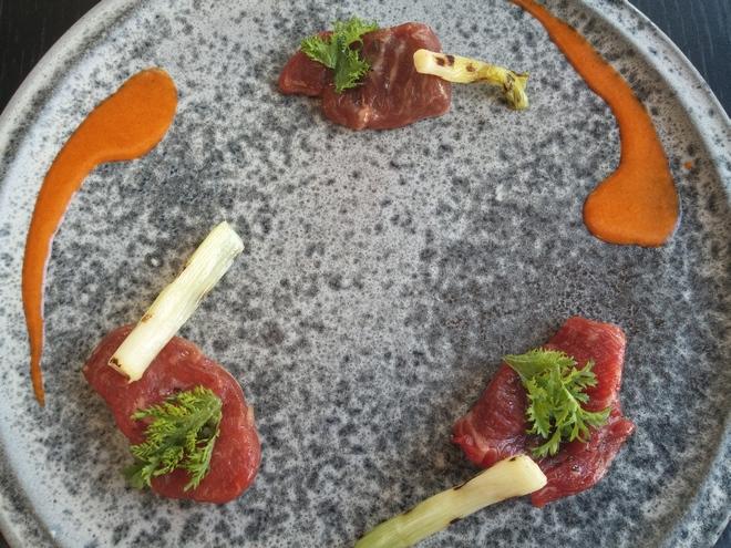 Κανονικά, το menu της μοριακής εμπειρίας θα μπορούσε κάλλιστα να τελειώσει εδώ. Όμως, μετά από τόσες διαδρομές σε gourmet αναζητήσεις το έχω μάθει πια: Το τελευταίο πιάτο πρέπει να είναι οπωσδήποτε κρέας! Ένα κομμάτι υπέροχο κόκκινο ζουμερό κρέας...