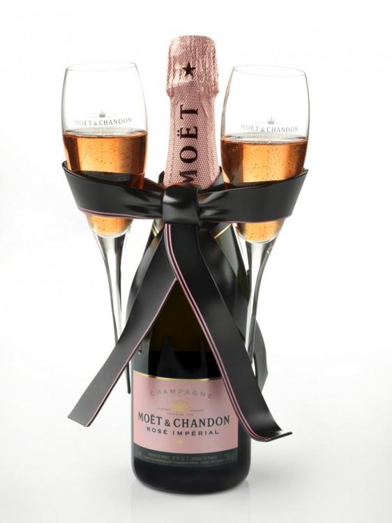 ...Που θα την συνοδέψω με την πιο loved Rosé σαμπάνια! Και για όποιον ακόμα δεν έχει σκεφτεί τι δώρο θα κάνει στο αντικείμενο του πόθου σας η πρόταση είναι μια : This Valentine's Day, they have prepared a dazzling and glamorous version of Rosé Impérial bottle.Μοιραστείτε μαζί του μια Μoët Βrut Impérial Rosé! Mια σαμπάνια με αυθόρμητο σαγηνευτικό χαρακτήρα με τρυφερές νότες φραγκοστάφυλου και αγριοφράουλα και...Happy Valentines Day! Τη Moët Rosé θα τη βρεις Βαλεντίνε μου σε επιλεγμένες κάβες.