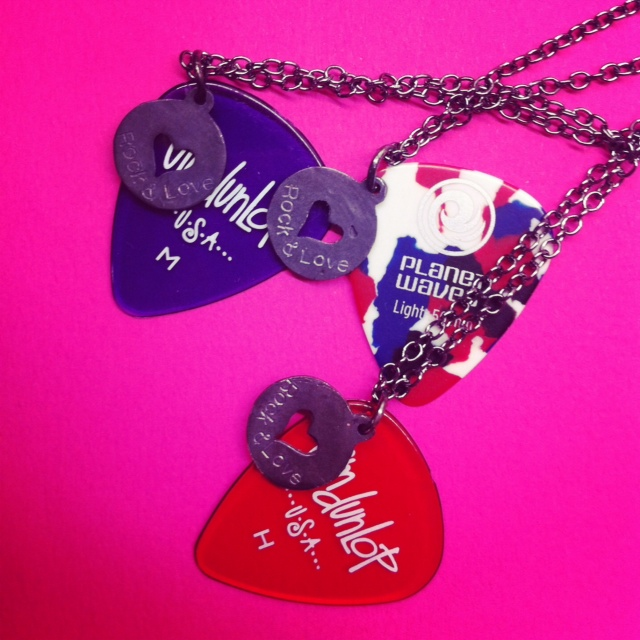 Necklace με ασημένια καρδιά και χαραγμένο Rock and Love... Μαζί με πέννα κιθάρας...Roll baby and Love me NOW!