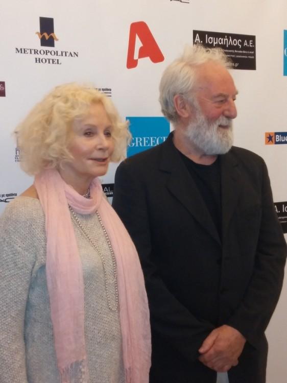 """Δύο σπουδαίοι ηθοποιοί...Η Sarah Miles προτάθηκε για Όσκαρ Α' Γυναικείου ρόλου το 1971, για τη ταινία του David Lean, """"Η Κόρη του Ράιαν"""". Είναι γνωστή από τη συμμετοχή της στην ταινία του Μιγκέλ Άντζελο Αντονιόνι """"Blow-up"""", ενώ η σημαντικότερη στιγμή της καριέρας της ήταν όταν ο σύζυγος της και δύο φορές βραβευμένος με Όσκαρ, σεναριογράφος Robert Bolt, προσάρμοσε πάνω της τον κύριο ρόλο στην ταινία """"Madame Bovary"""", σε μία ιστορία που εκτυλίσσεται κατά τη διάρκεια της εξέγερσης του Πάσχα στην Ιρλανδία..."""