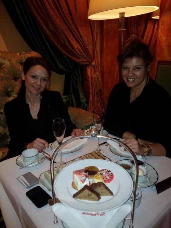 H Στέλλα Ψαρρά, βασικό στέλεχος του κορυφαίου team του The Dorchester, πίνει μαζί μας ένα φλιτζάνι τσάι