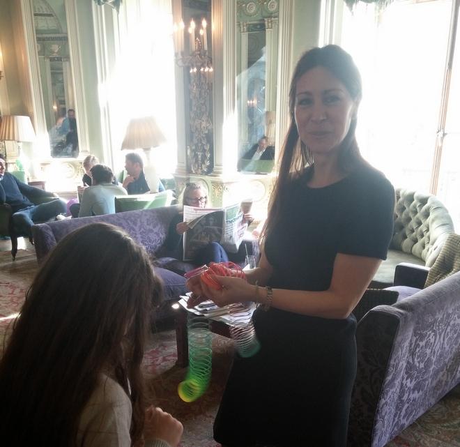 Η Μελίνα παίζει με τα παιδιά...