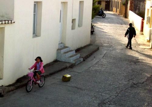 Ένα παιδί τζαράει τον τενεκέ στη γειτονιά του...Φωτογραφία από την Βαρβάρα Μπρατοπούλου