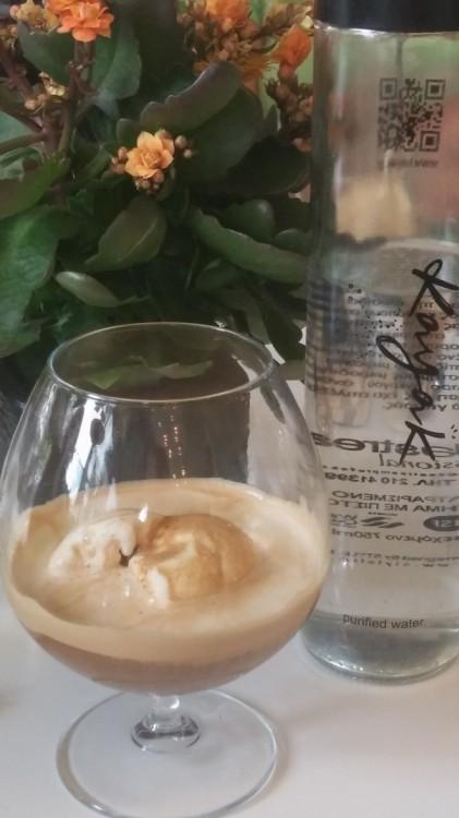Η σημερινή μας απόδραση τολοκληρώνεται στο Kayak με Espresso Affogato...Παγωτό βανίλια Μαδαγασκάρης με ένα shot espresso