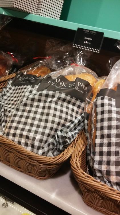 Φίλες που μένετε στο Κολωνάκι, μπορείτε να πάρετε τηλέφωνο στην boulangerie και να σας στείλουν σπίτι από το καθημερινό ψωμί και το τσουρέκι έως ό,τι άλλο θέλετε!