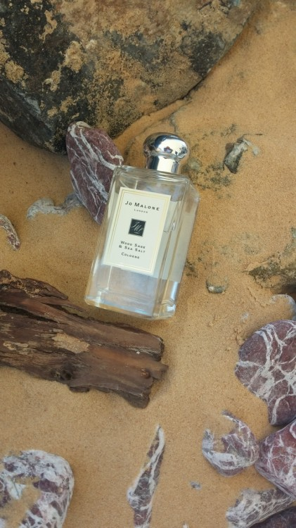 Το σκηνικό που έχει στήσει η Jo Malone για να μας συστήσει το Wood Sage & Sea Salt είναι συγκλονιστικό...