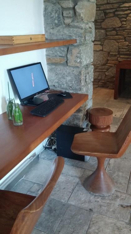 """Και εγώ ψάχνω με την άκρη του ματιού μου που μπορώ να βρω ένα pc.... """"Υπάρχει wi-fi στο δωμάτιο σας"""" μου λέει η ευγενέστατη κυρία στην reception. Αυτό που δεν γνωρίζει, είναι πως υποσχέθηκα στον Νικόλα πως θα έρθω στην Μύκονο χωρίς computer..."""