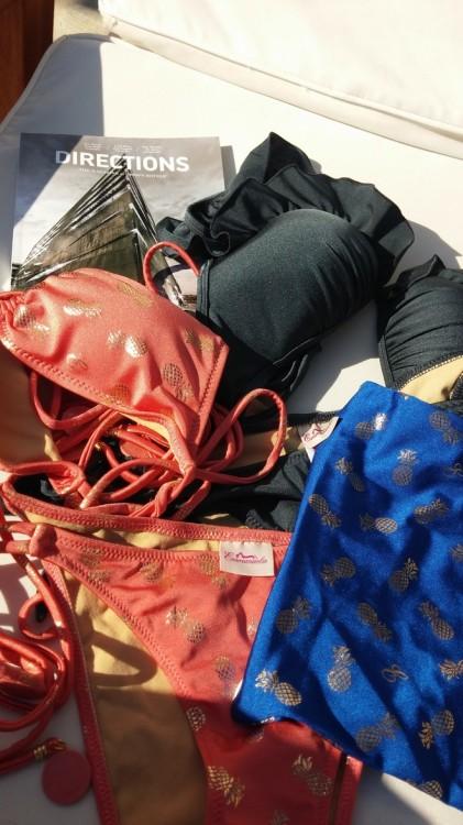 Όχι, εδώ δεν ήρθαμε για ύπνο, προτιμώ να τακτοποιήσω τα Emmanuela's Swimwear μου, και να φύγω για Πάνορμο!