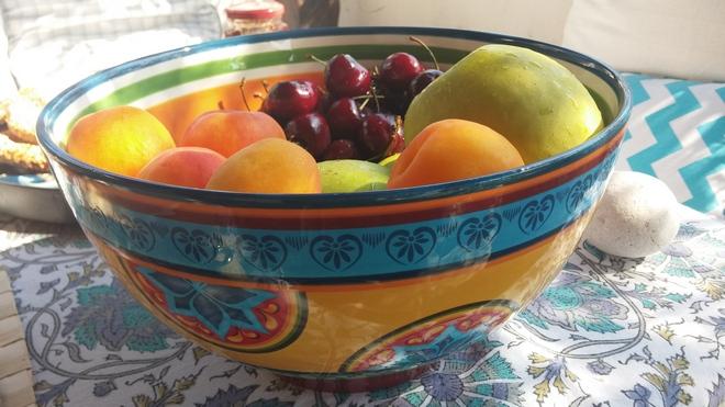 Κάθε πρωί φρέσκα φρούτα από τον Τσάνα στην Ντάπια...
