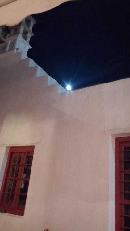 Και έχει ένα ολόγιομο φεγγάρι....