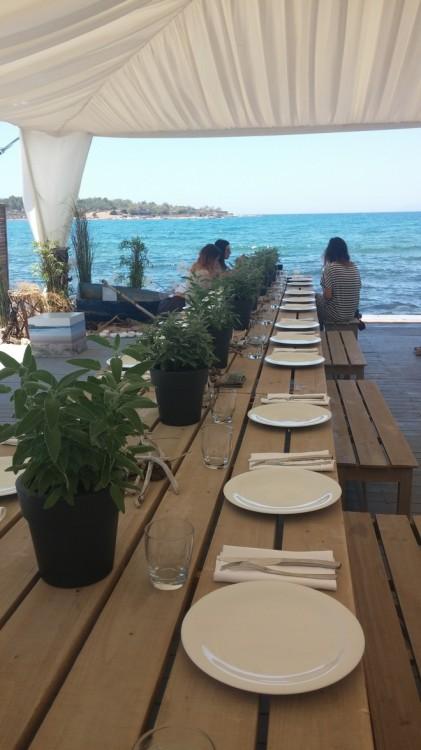 Το τραπέζι που θα φιλοξενήσει τις σημερινές καλεσμένες...