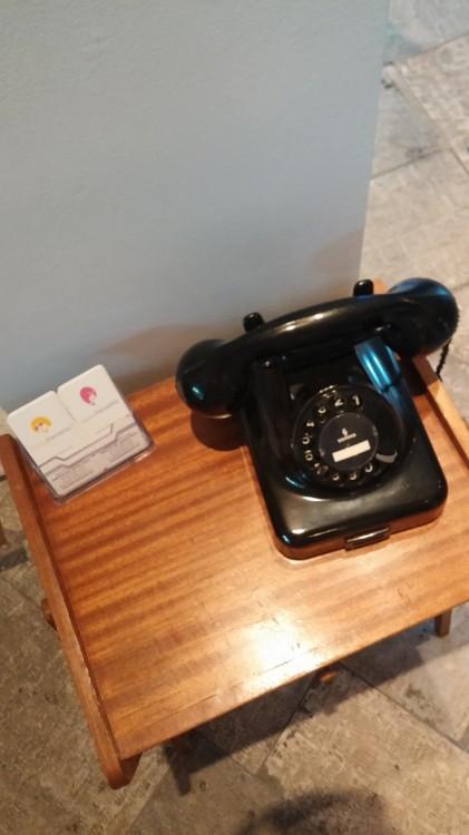 """Όπως αυτό εδώ το τηλέφωνο...Και αν δεν έχω καλή γραμμή, να πάρω το... """"0""""..."""