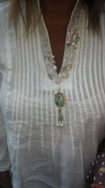 Οι ημιπολύτιμες πέτρες της Εβελίνας Παπαντωνίου στολίζουν τα καφτάνια, τις τουνίκ και τις πουκαμίσες μας...