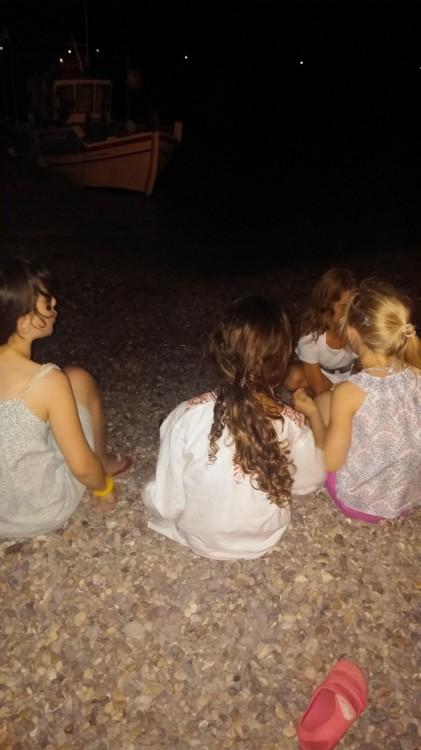 Πολύτιμες στιγμές της κοριτσπαρέας, βράδυ, πάνω στη θάλασσα, μπροστά στο καϊκι...