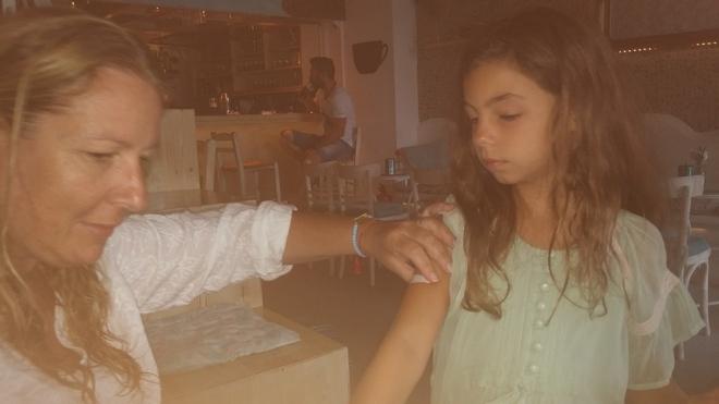 Η Πουκ τοποθετεί άλλο ένα flash tatoo στον ώμο της Ελμίνας. Ασημένιο...