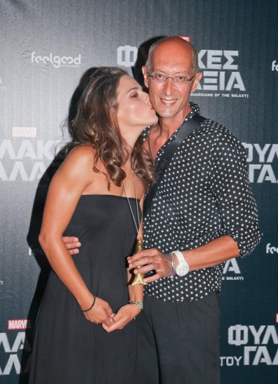 Η πρωταγωνίστρια δίνει ένα φιλί στον Αχιλλέα Χαρίτο